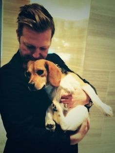 David Leitch kisses the beagle Daisy from the movie John Wickon the head